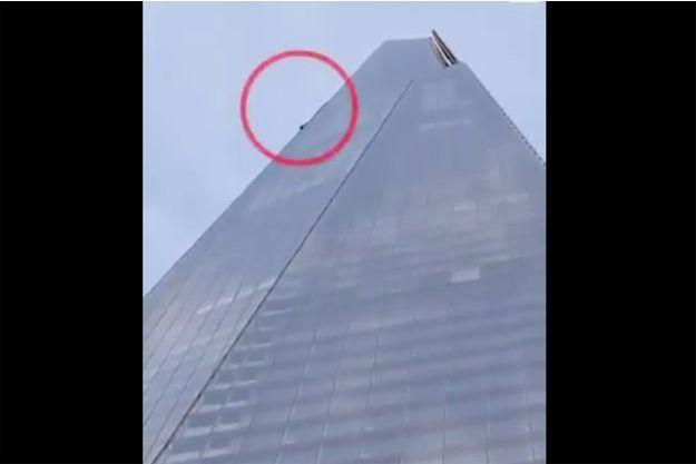 Le grimpeur a escaladé l'immeuble The Shard.