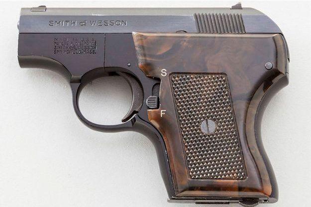 Le pistolet Smith & Wesson caché dans le vagin de sa propriétaire.