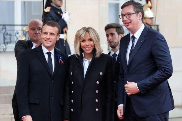Aleksandar Vucic à l'Elysée avec Emmanuel et Brigitte Macron, dimanche.