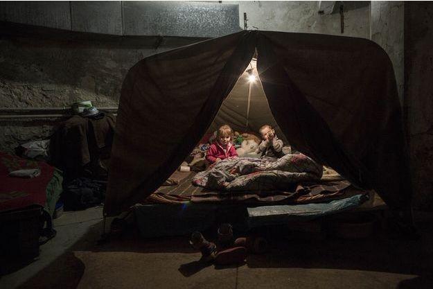 """A Donetsk, """"mille enfants vivent dans l'obscurité des sous-sols, entassés dans des petites pièces"""""""