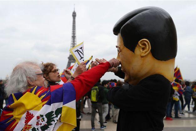 Un homme déguisé en Xi Jinping lors de la manifestation pour le Tibet, dimanche à Paris.