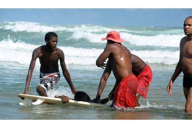 Des sauveteurs tirent de l'eau Lungisani Msungubana après l'attaque, sur la plage de Port St Johns, en Afrique du Sud.