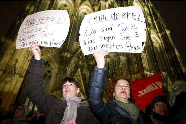"""Le 5 janvier, devant la cathédrale de Cologne à 2 pas de la gare, des femmes manifestent contre les agressions sexuelles et interpellent Angel Merkel: """"Où êtes vous ? Que dites-vous ? Nous sommes inquiètes"""""""