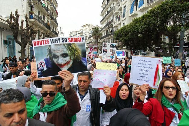 Les manifestants sont toujours aussi nombreux dans la rue, comme ici à Alger.