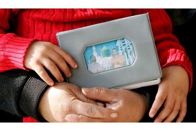 La fille d'Ali Sabat montre une photo de son père.