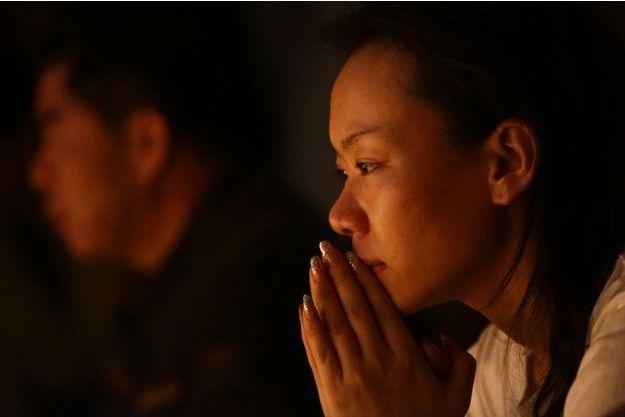 Les proches des victimes du vol MH370 continuent de prier, après un mois de recherches.