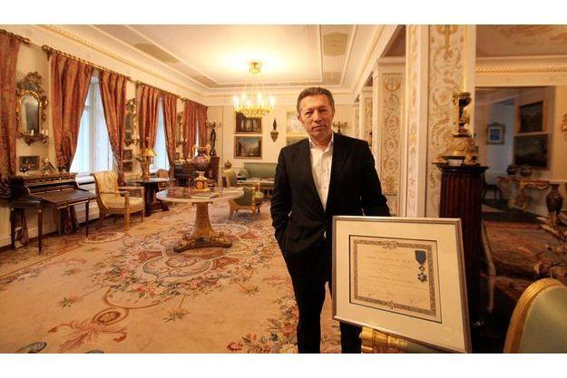 Dans son salon à la décoration Nicolas II, la récompense trône à la place d'honneur : il a décroché le cadre pour la photo. Attribuée par Jacques Chirac, la médaille lui a été remise par le préfet Marchiani, condamné dans la même affaire, en même temps que Charles Pasqua.