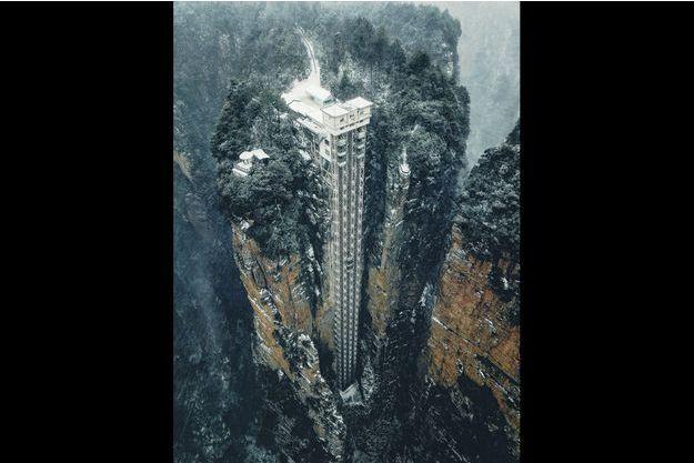 L'ascenseur Bailong, dit des « 100 Dragons », a été creusé dans la roche des montagnes de Wulingyuan, dans la province du Hunan. Une prouesse qui lui vaut de cumuler trois mentions dans le livre « Guinness des records ».