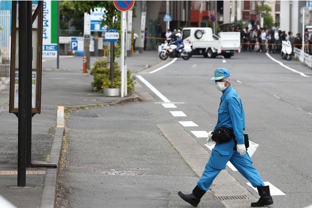 Un enquêteur japonais sur la scène de crime, à Kawasaki, le 28 mai.