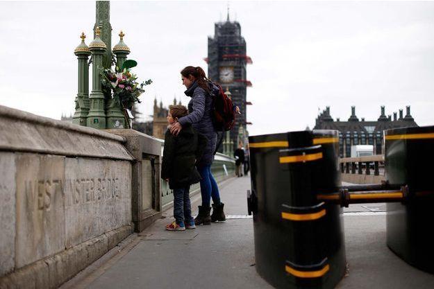 De nombreuses personnes se sont recueillies sur le pont de Westminster, à Londres.