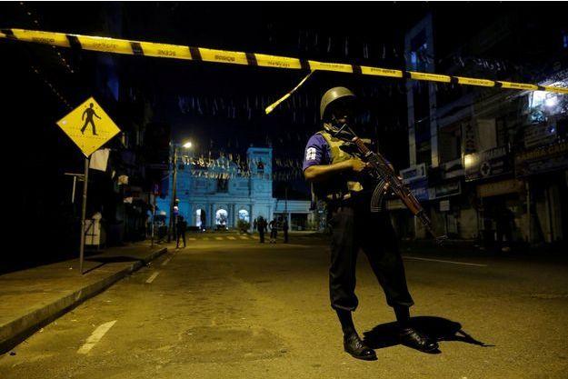 Les forces de l'ordre devant les lieux des attentats, protègent ces sites.
