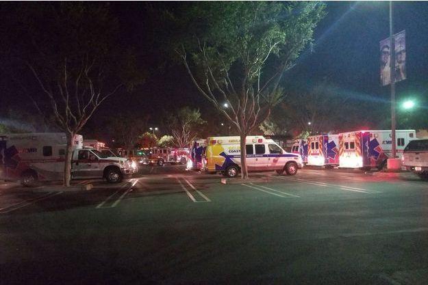 Les secours devant le lieu de la fusillade, le 8 novembre 2018