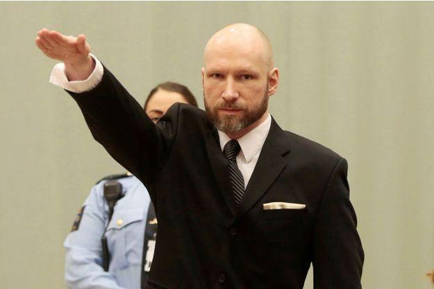 Anders Behring Breivik a fait un salut nazi au premier jour de son procès.