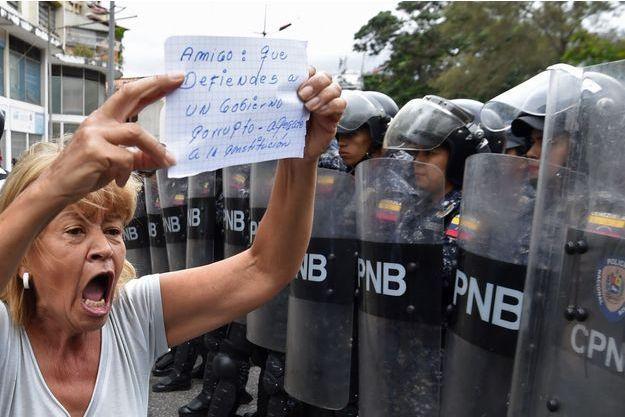 """Samedi, à Caracas, une manifestante adresse un message aux forces de l'ordre : """"Ami: toi qui défends un gouvernement corrompu, respectes la constitution""""."""