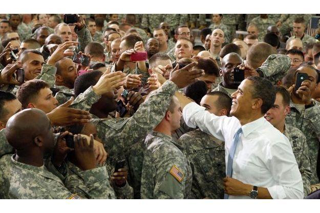 Barack Obama s'offre un bain de foule à Fort Campbell.