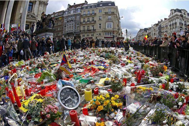 Des fleurs pour les victimes des attentats de Bruxelles, en 2016.