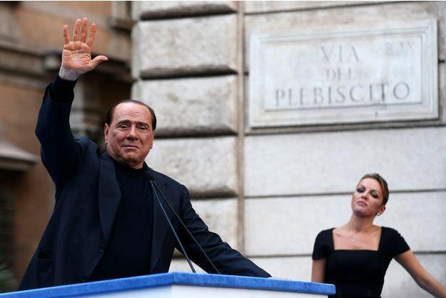 Silvio Berlusconi, sous le regard de sa nouvelle petite amie Francesca Pascale, le 4 août dernier, à Rome.