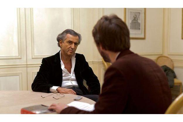 Dans les salons du Bristol, à Paris, Bernard-Henri Lévy et Alfred de Montesquiou, notre grand reporter qui a couvert la révolution des premiers soulèvements à la mort du dictateur.