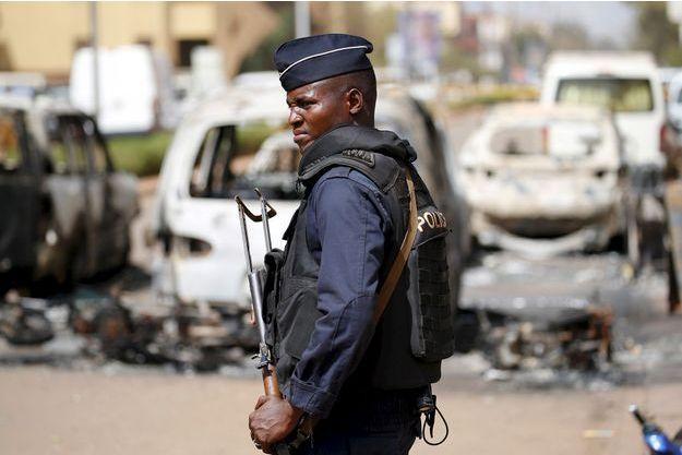 Un policier à Ouagadougou.