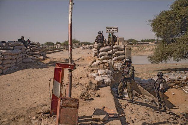 Les soldats camerounais du bataillon d'intervention rapide ont pris position sur le pont de l'Elbeid, à la frontière avec le Nigeria, après les massacres dans la ville de Fotokol. Ici le 10 février.