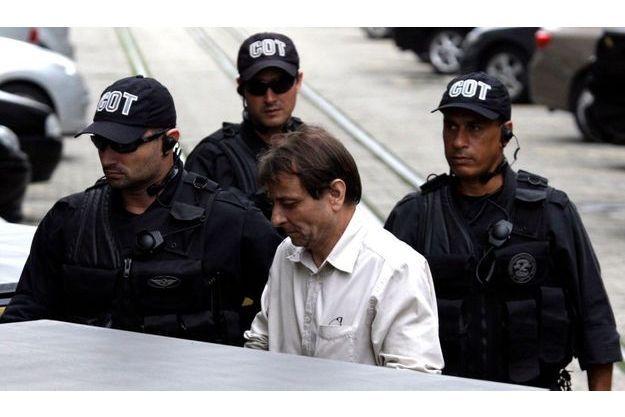 Cesare Battisti escorté hors du bâtiment fédéral de la Justice à Rio en décembre 2009.