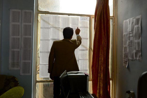 Dans le bureau d'Eskander, à Dohuk, au Kurdistan irakien. L'activiste yézidi a répertorié près d'un millier de noms de disparus dans le village de Kocho, assiégé par Daech en août 2014.