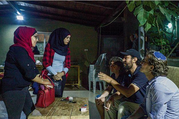 Au centre Karama, près de Bethléem, au coeur de la Cisjordanie occupée : Ali Abu Awad (casquette) a rassemblé ses « partenaires colons », dont Eliaz Cohen (à sa droite), et les voisines palestiniennes, Areen (voile noir) et son amie.