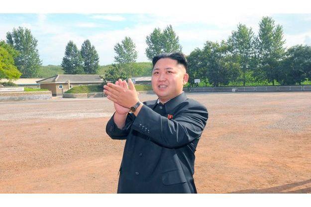 Kim Jong-un semble regarder dans le ciel.