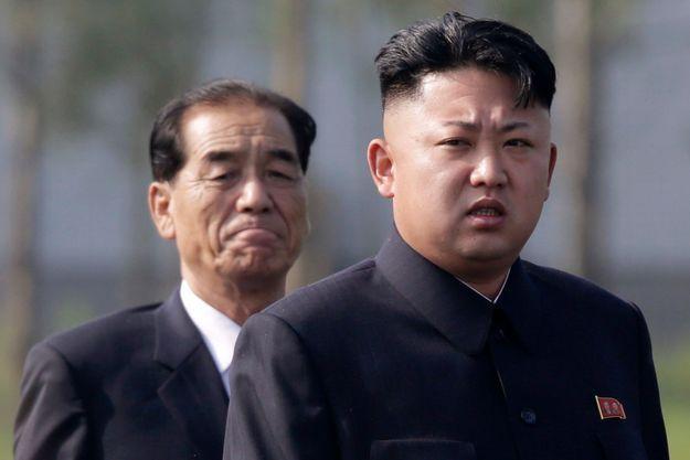Kim Jong-un, et le Premier ministre Pak Pong-ju, lors d'une cérémonie à Pyongyang, fin juillet.