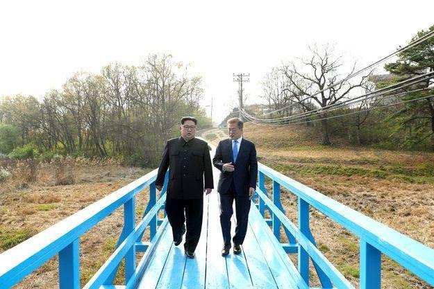 Kim Jong-un et Moon Jae-in, côte à côte, le 27 avril, dans la zone démilitarisée du village de Panmunjom.