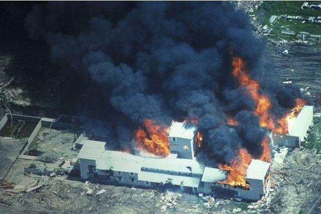 L'incendie de Mount Carmel, le QG des davidiens, près de Waco, au Texas, le 19 avril 1993.