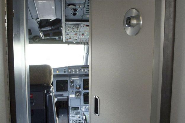 Ce cockpit d'Airbus est similaire à celui de l'avion de Germanwings. Depuis les attentats du 11 septembre, le blindage a été renforcé et les serrures à trois points sont devenues obligatoires. (Photo d'illustration)