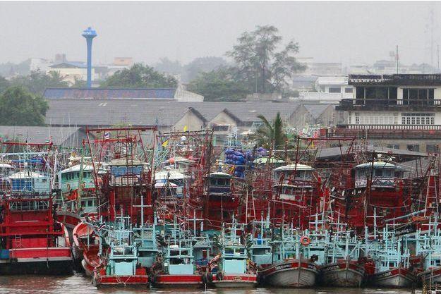 Des bateaux sur un port en Thaïlande alors que la tempête tropicale Pabuk menace le pays.
