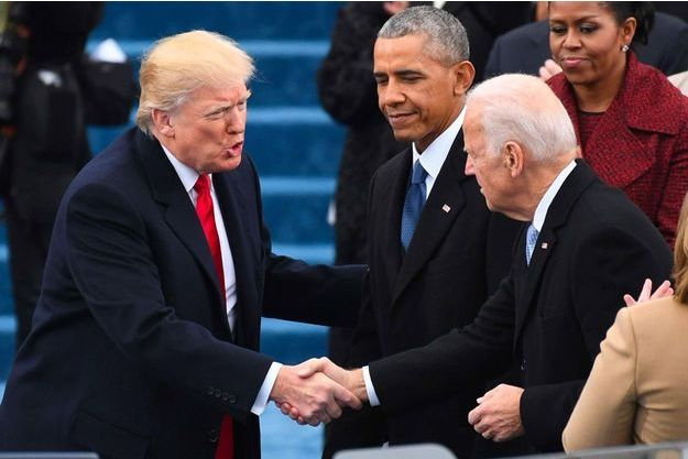 Donald Trump serre la main de Joe Biden le 20 janvier 2017, lors de son investiture.