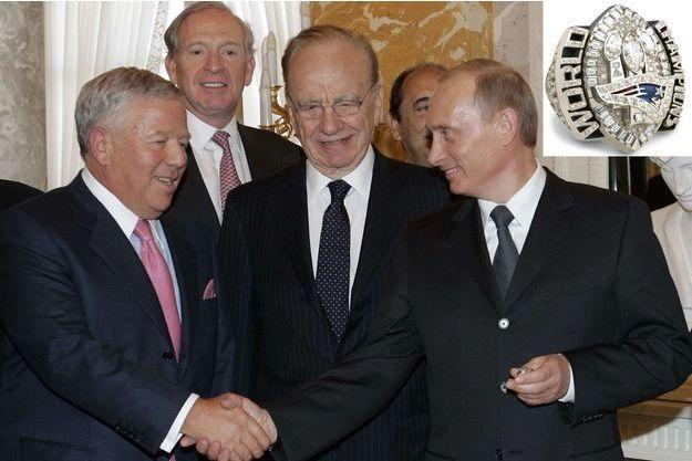Le 25 juin 2005, à Saint-Pétersbourg, rencontre entre Robert Kraft et Vladimir Poutine. Dans la main du président russe, la bague en question.
