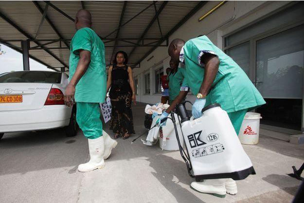 Le personnel médical se désinfecte lors d'une session d'entraînement en RDC.