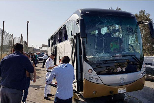 Le bus visé par une attaque à la bombe à Guizeh.