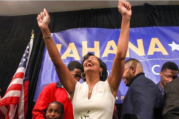 La candidate démocrate Jahana Hayes réagit à sa victoire.