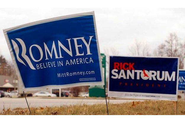 Des pancartes Romney et Santorum.