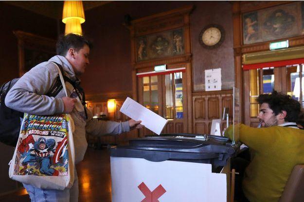 Un votant à Amsterdam, jeudi matin.