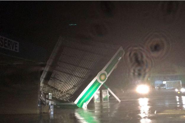 Une station-service détruite par les vents de Florence, en Caroline du Nord.