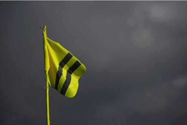 Un gilet jaune suspendu à Bouguenais, en Loire-Atlantique.
