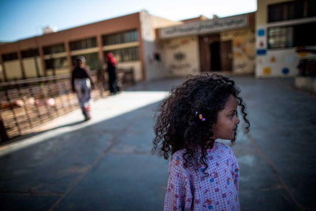Le 7 mai 2019, une petite fille erre dans un lycée de Tripoli, où des centaines de familles se sont réfugiées
