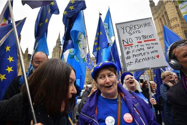 Manifestants anti-Brexit à Londres, lundi.