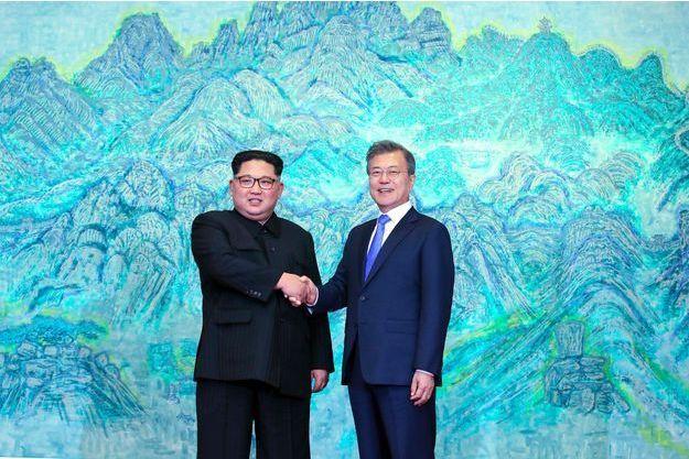 Poignée de main entre Kim Jong-un et Moon Jae-in dans la Maison de la paix de Panmunjom, sur la ligne de démarcation, vendredi.