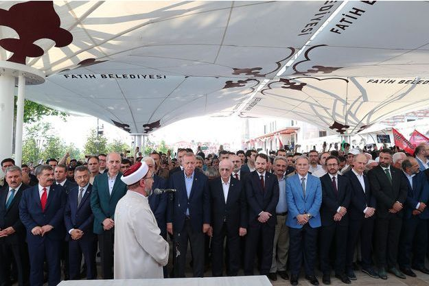 M. Erdogan et d'autres responsables turcs ont pris part en rangs serrés avec d'autres fidèles à la prière dans la mosquée historique Fatih à Istanbul, le 18 juin.