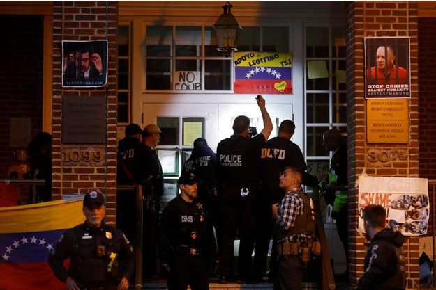 Des Américains ont occupé l'ambassade du Venezuela à Washington.