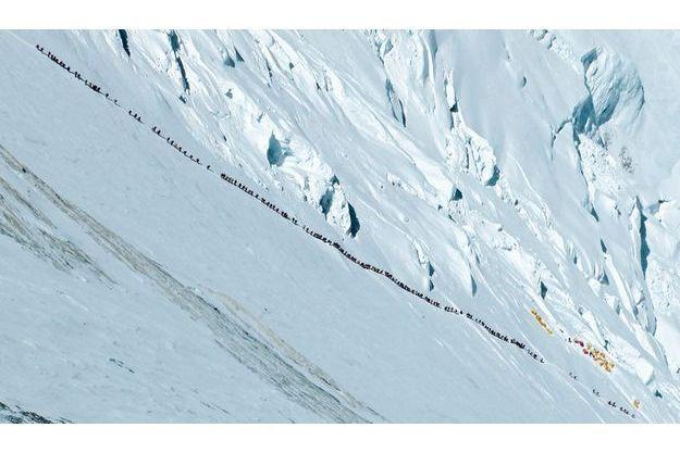 Samedi 19 mai, à 9 heures du matin, à 7 920 mètres d'altitude. Les grimpeurs viennent de quitter le Camp IV, dernière étape avant l'ascension ultime.