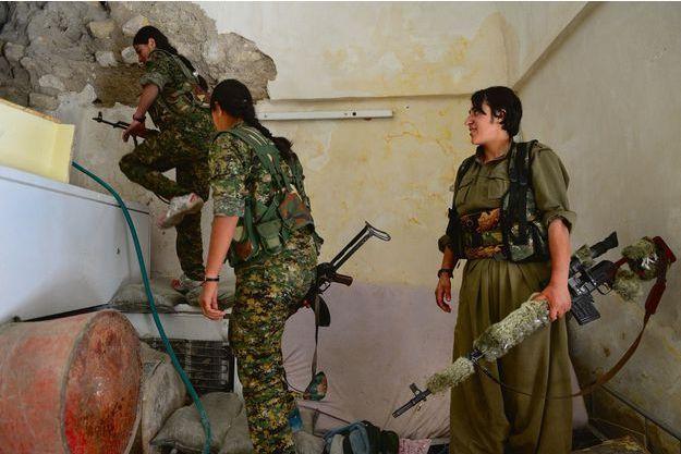 Nord-ouest de l'Irak, au-dessus du village de Bare, jeudi 14 mai. Les combattantes avancent en passant d'une maison à l'autre, jamais par la rue. L'une d'elles a isolé le canon de son fusil d'assaut.