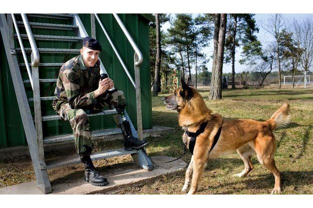 Deux semaines après sa réintégration, le caporal Benjamin Atgie, 24 ans, avec Arion, son berger malinois, 7 ans, avant une séance d'entraînement dans le parc du 132e bataillon cynophile de l'armée de terre à Suippes, dans la Marne.